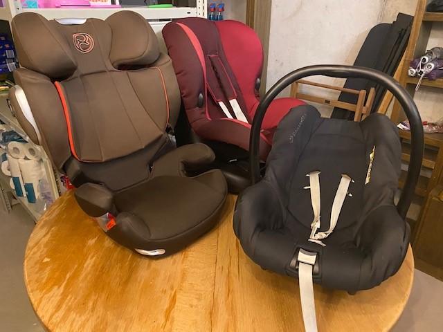 Kindersitze Klasse 2, 1 und Babyschale (von links)